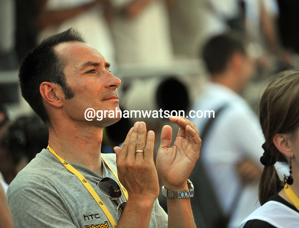 Erik Zabel applauds Cavendish at the podium - the Manxman has passed Zabel's record of 12 wins as an active Tour cyclist today, and there's a lot more to come his way..!