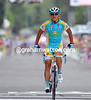 Alexandre Vinokourov upsets the sprinters by attacking alone to win stage thirteen in style..!