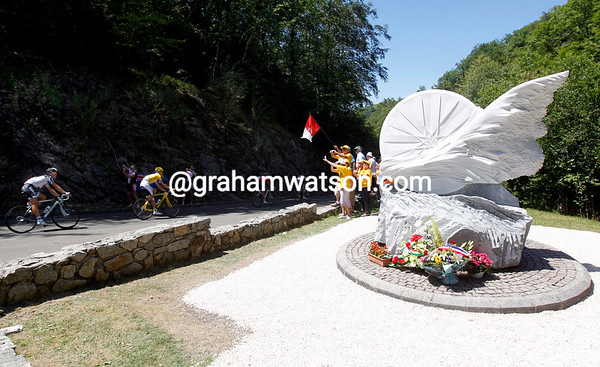 The family of Fabio Casartelli watch the Tour descend past his memorial, fifteen years after his death there...