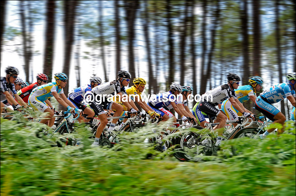 The peloton looks fast but it is just a photographic illusion...