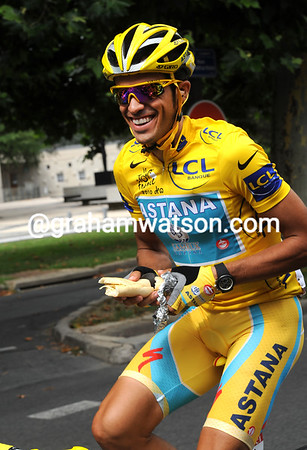 Contador has had a long night as well - a tortilla sandwich is needed to fuel him up for the finale in Paris..!