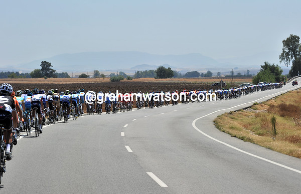 That's a strung-out peloton heading south in Andalucia at a great rate of knots..!