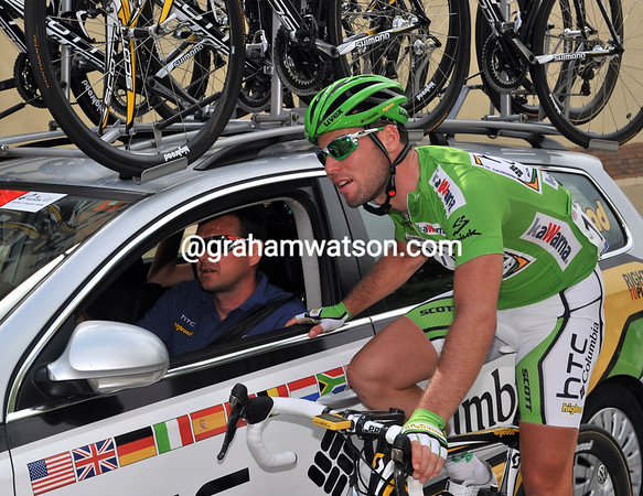 Mark Cavendish is discussing today's tactics with his team manager - surely he knows about the steep hill 30-kilometres down the road..?