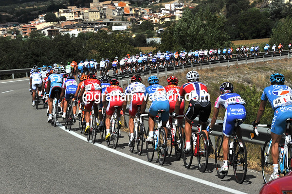 With a time gap of over twelve minutes, the peloton is suddenly speeding up...