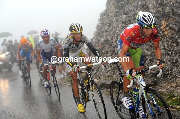 Nibali keeps the pressure on but gets no nearer to Mosquera with three-kilometres left...