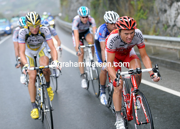 Sijmens and Velits sense a good opportunnity coming if they can get to the final climb wiith enough time in hand...