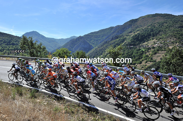 A first peloton of about 50 riders starts the San Lorenzo climb - and what a climb it turns out to be..!