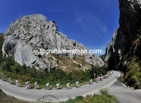The first peloton enters a spectacular Astrurian gorge...