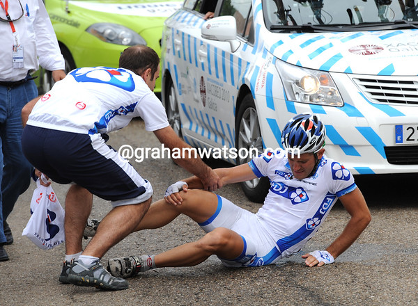 Pierre Cazaux has crashed just behind Nibali, an example of the risks at stake for a quick lunch...