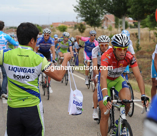 Nibali is not taking any chances at the feed-zone, nor even trying to grab a feed-bag in the dangerous congestion...