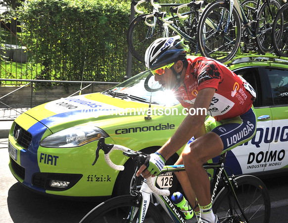 Even race-leader Nibali is collecting water bottles today - everyone works..!