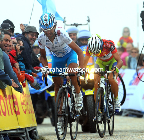 Mosquera sprints for the summit and the finish-line just as Nibali draws close - the Spaniard will win the stage, but that's all...