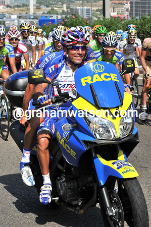 Rodrigiez and Barredo pose in front of a highly amused peloton...