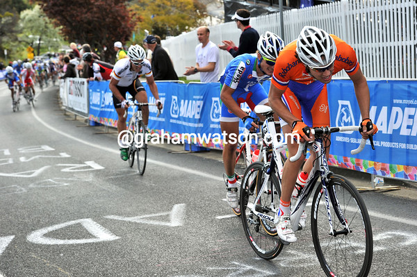 Tom Dumoulin is the next to try to get away...