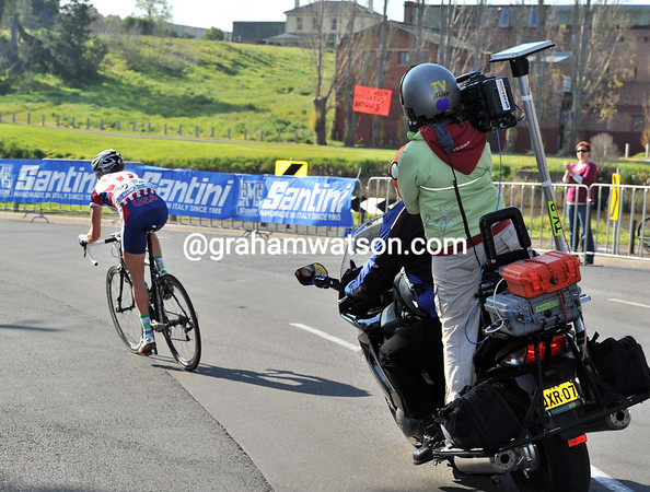 Despute the chasing, Curi has over two minutes lead on the back of the hilly circuit...