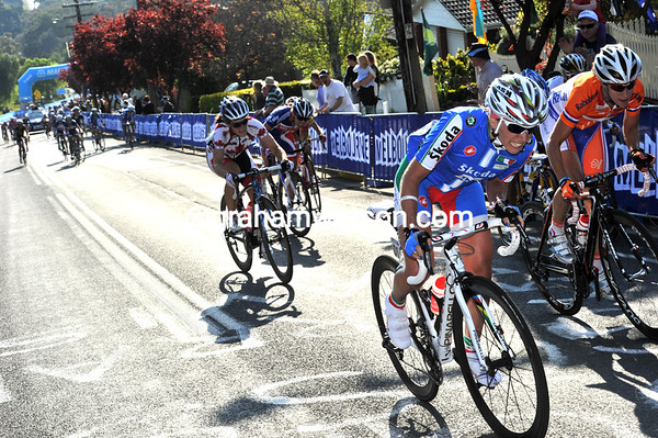 Tatiana Guderzo now attacks, taking Vos, Pooley, Arndt; Cooke, Whitten and a few others with her...
