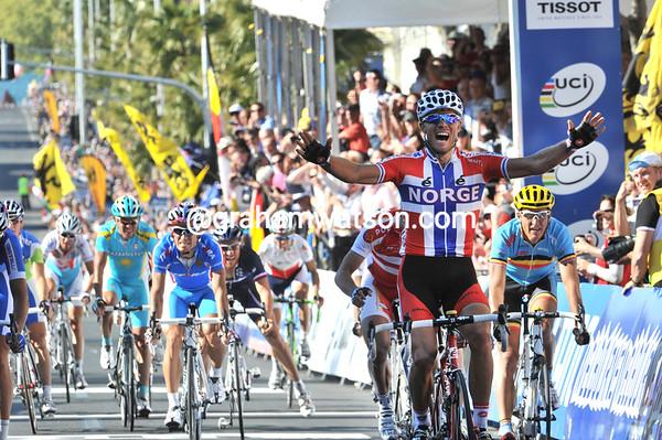 Thor Hushovd wins the 2010 World Road Race Championship ahead of Matti Breschel and Allan Davis..!