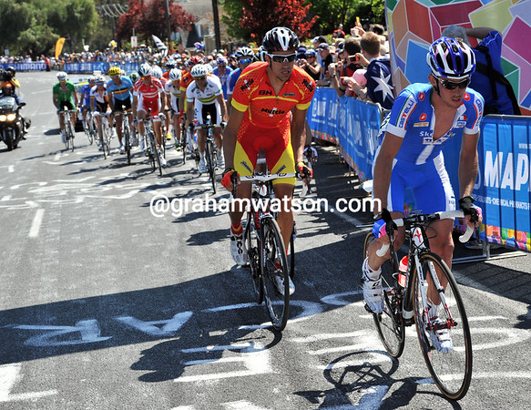 Daniel Oss speeds up at the front of the Nibali group, they're maintaining a one-minute lead over Freire's group...