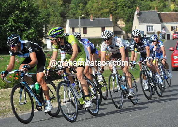 The escape passes Cloyes-sur-le-Loir with a four-minute lead...