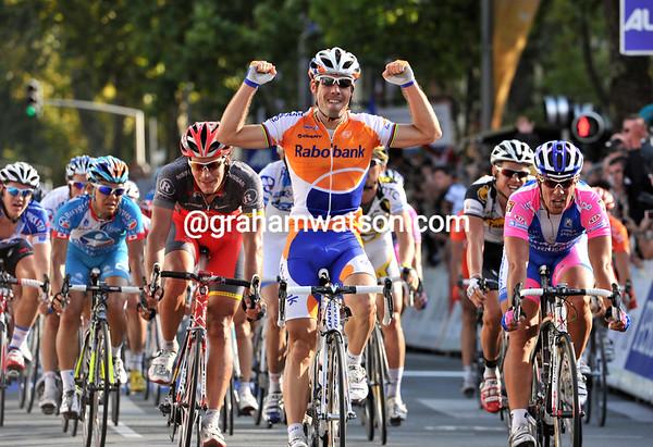 Oscar Freire wins Paris-Tours ahead of Giorgio Furlan and Gert Steegmans