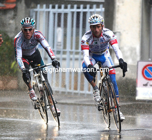 Gilbert has been joined by Michele Scarponi after the descent - they're a full minute ahead of Nibali's group...