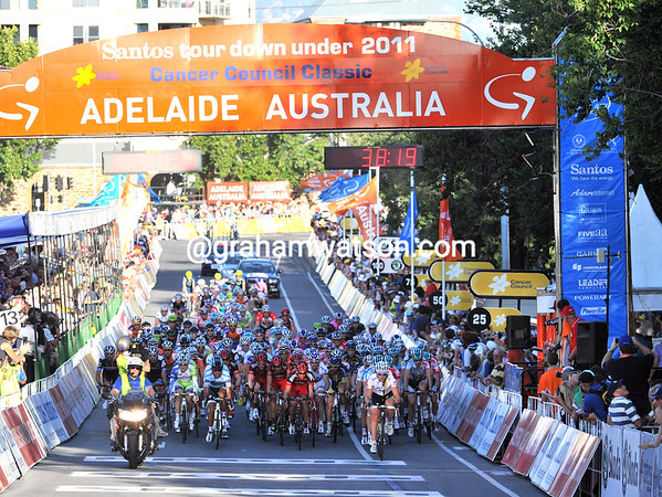The peloton is maintaining a steady momentum, 35-seconds behind...