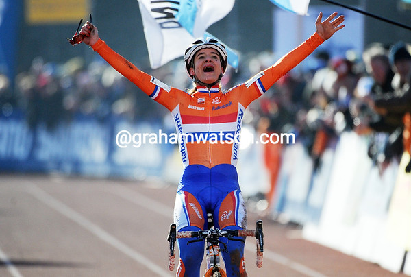 Marianne Vos takes another world title after attacking on the steps on the last lap...