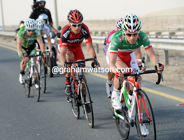Giovanni Visconti leads the escape on the long road back to Doha - but the peloton is closing in on them quickly...