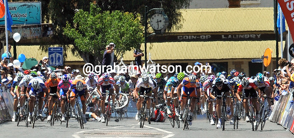 The sprint is on in Mannum, but another crash has caused carnge behind the leading contenders...