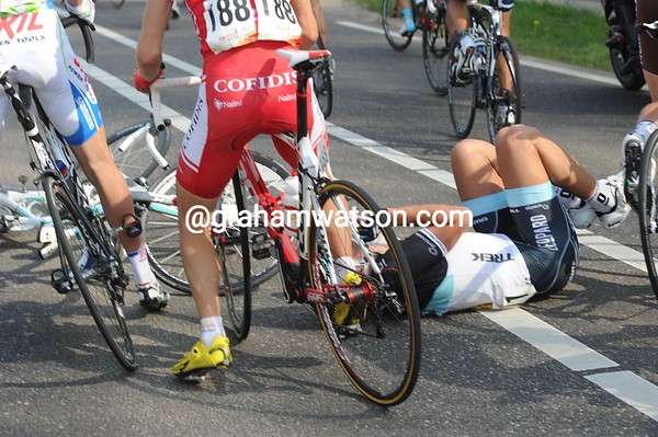 Cancellara has crashed with teamate Frank Schleck...!