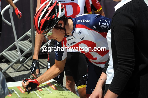 Matthew Busche signs an autograph before his first-ever race as the USA national champion - is that what Flecha and Zandio are laughing at..?
