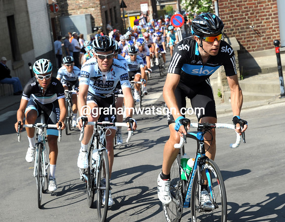 Team Sky are now at work on the Cote de Bohisseau, the gap has decreased considerably...