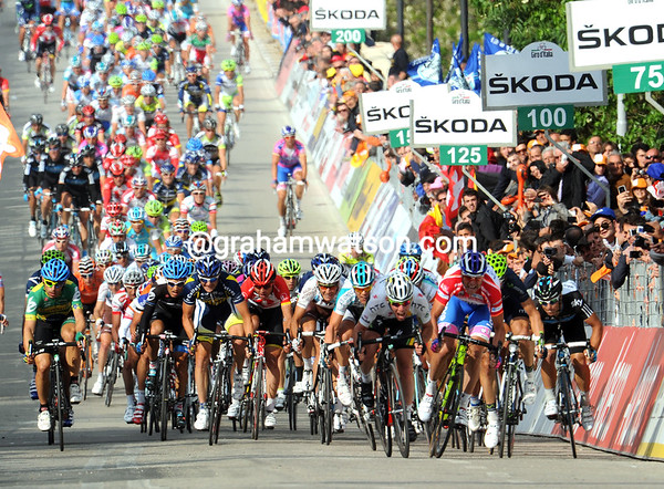 The sprint into Teramo is full-on after Millar's late attack failed...