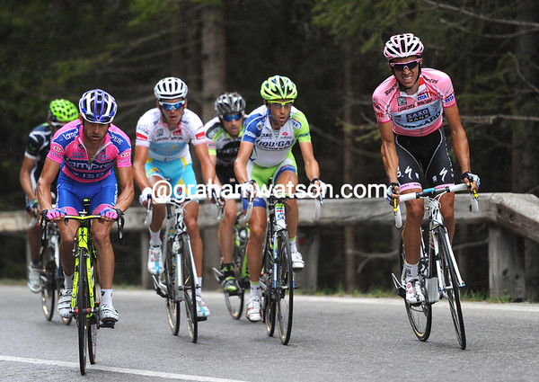 Contador looks winded as he closes in on Scarponi, but he'll soon recover...