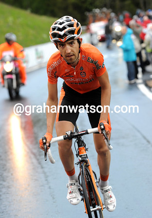 Mikel Nieve has chased Garzelli down the Marmolada and has now passed him on the final ascent...