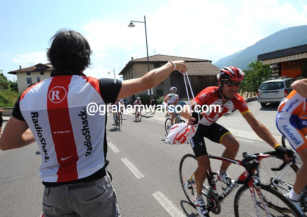Yaroslav Popovych grabs his feed bag from a Radio Shack soigneur...
