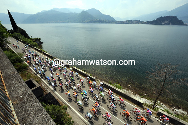 The peloton is at full speed alongside the Lake of Como - they'll cover 53-kilometres in the first hour of racing..!