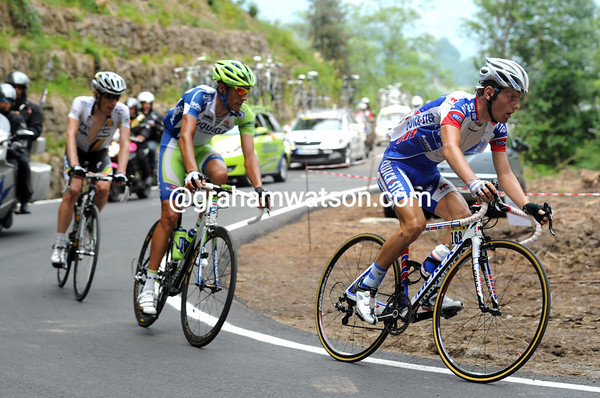 Seeldrayers, Capecchi and Pinotti head towards the summit with a lead of four minutes over the peloton...