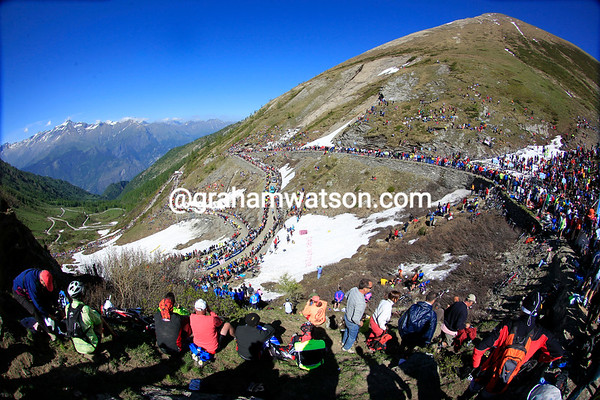 Thousands of spectators are enjoying the Giro on the summit of the Colle di Finestre...