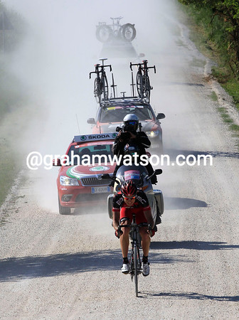 Kohler was not mad in his escape - the Swiss rider starts the first gravel roads with over four minutes advantage still..!