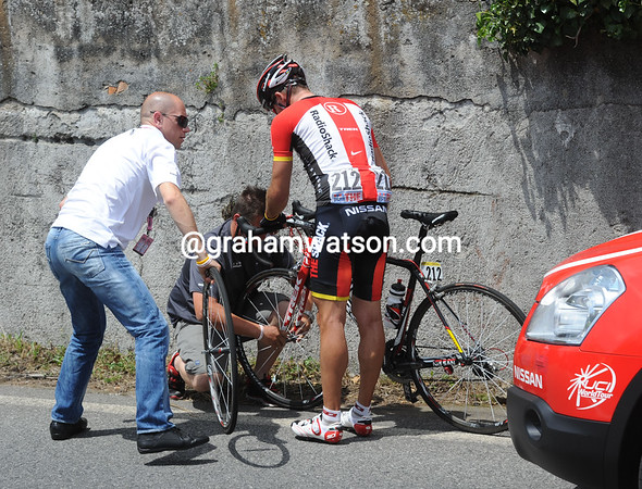 Yaroslav Popovych is in the escape but temporarily out of it with a flat tyre...