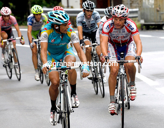 Di Luca has a converstion with Paolo Tiralongo after they've caught Pineau and Rabottini...