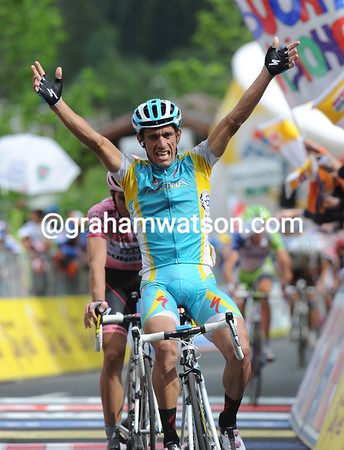 Paolo Tiralongo wins stage ninteen, just ahead of Contador who put more time into his overall rivals...