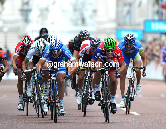 A familiar scene but in a different city and in different colours - Mark Cavendish sprints it out with Sacha Modolo in front of Buckingham Palace...
