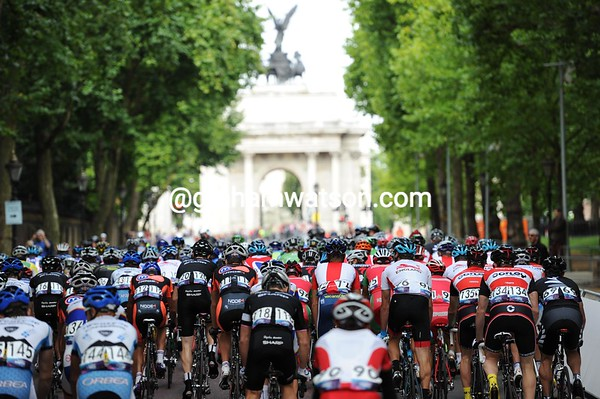 Wellington Arch awaits the race at the top of Constitution Hill...