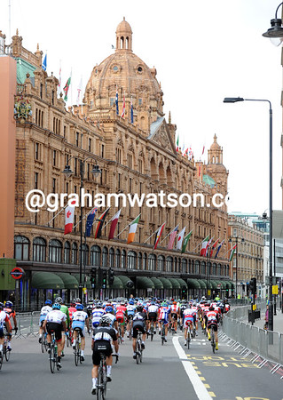 Will the peloton please slow down outside Harrods for its richer members to do a bit of shopping..?!