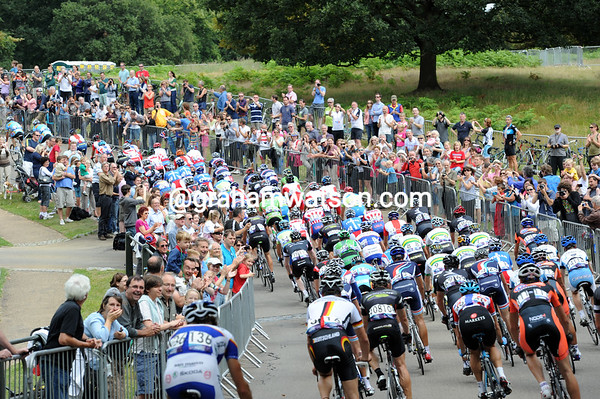 Thousands of fans welcome the race back into Richmond Park with 15-kilometres to go...