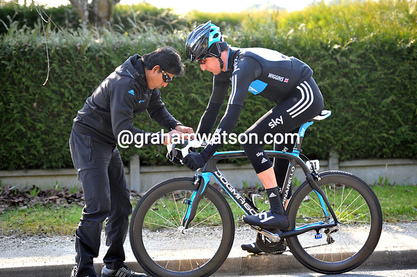 Wiggins has to stop and fix those 'bars properly...