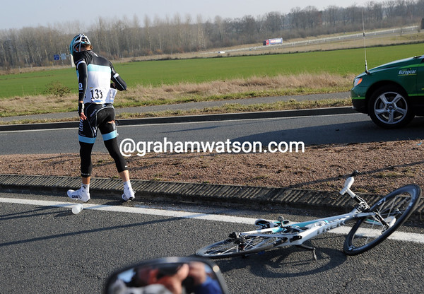 Fuglsang then crashes on a roundabout as he was chasing to get back on...