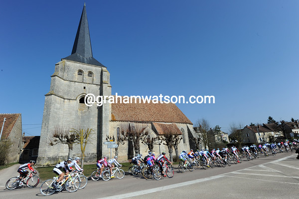 A touch of rural France for the peloton that is already three minutes down...